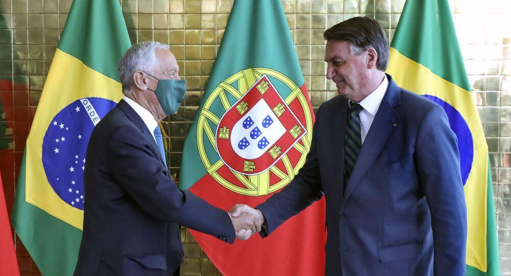 Marcelo Rebelo de Sousa, presidente do Portugal, cumprimenta Jair Bolsonaro, em visita ao Brasil, em 2 de agosto de 2021