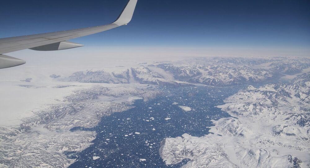 Avião transportando Antony Blinken, secretário de Estado dos EUA, voando sobre as áreas geladas da Groenlândia, 20 de maio de 2021