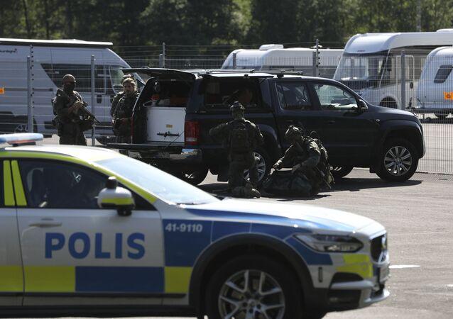 Forças policiais especiais fora da prisão de Hallby, perto de Eskilstuna, Suécia, 21 de julho de 2021