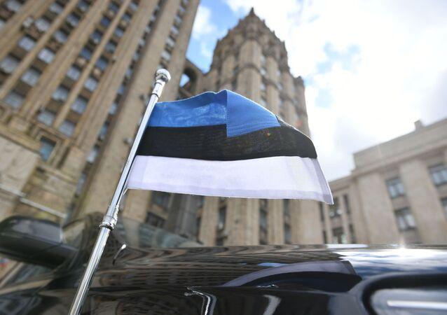 Automóvel de embaixador da Estônia junto do prédio do Ministério das Relações Exteriores russo em Moscou, Rússia