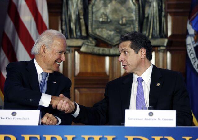 Nesta foto de arquivo o então vice-presidente Joe Biden, à esquerda, aperta a mão do governador de Nova York, Andrew Cuomo, em reunião no Capitólio em Albany, Nova York, EUA