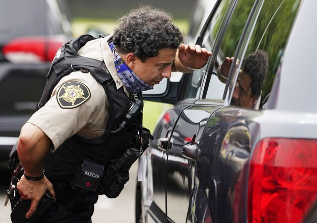 Policial perto do prédio do Pentágono após o ataque, Washington, 3 de agosto de 2021