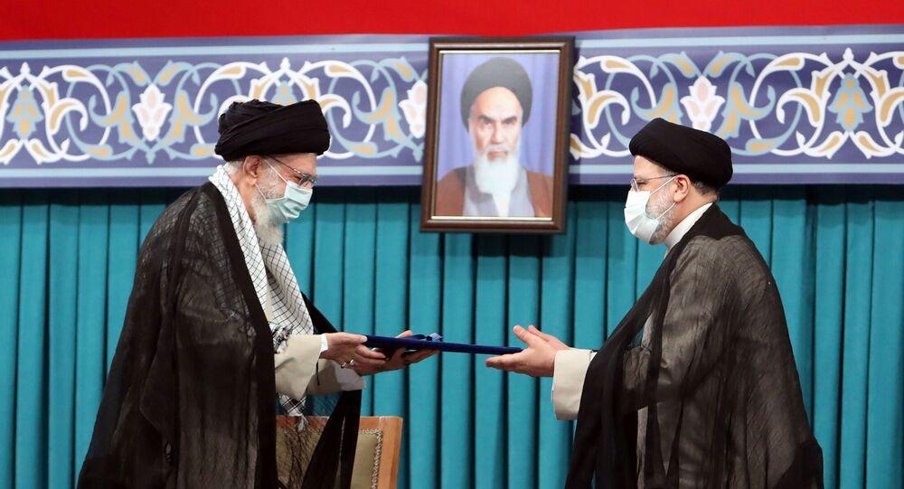 Novo presidente do Irã, Ebrahim Raisi, recebe do líder supremo iraniano, aiatolá Ali Khamenei, o decreto de aprovação de sua presidência. Teerã, 3 de agosto de 2021