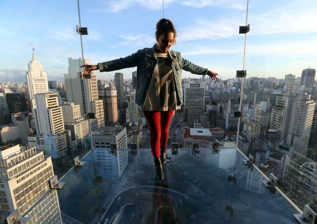 Influenciadora Renata Tellers no mirante Sampa Sky, uma caixa de vidro reforçado que se estende para fora do Mirante do Vale e permite ver não só o horizonte, mas também o que está embaixo, São Paulo, 3 de agosto de 2021