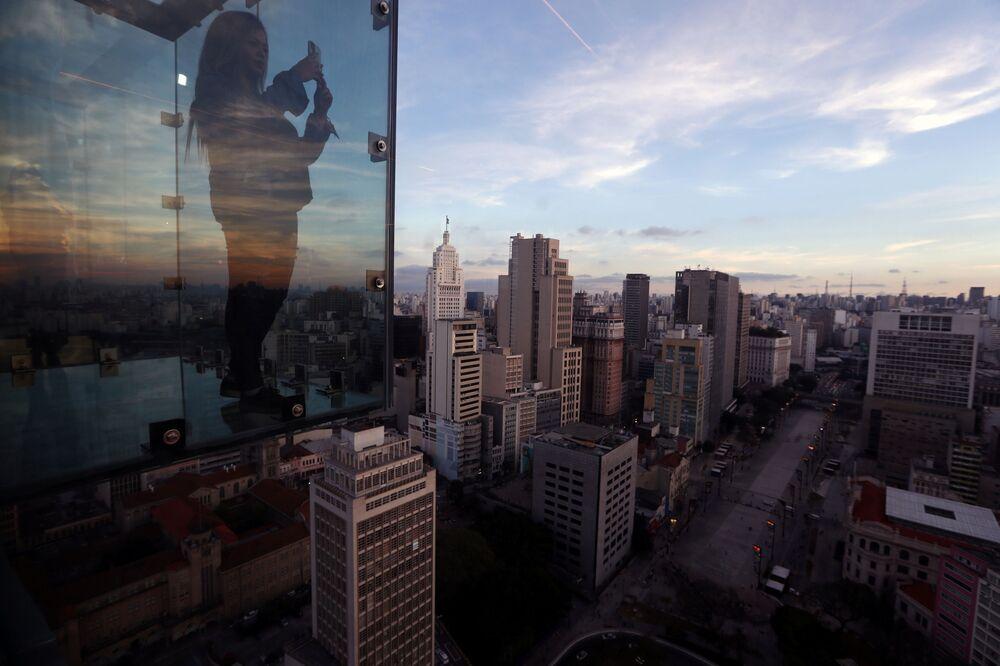 Julia Paiva tira foto dentro do Sampa Sky, São Paulo, 3 de agosto de 2021