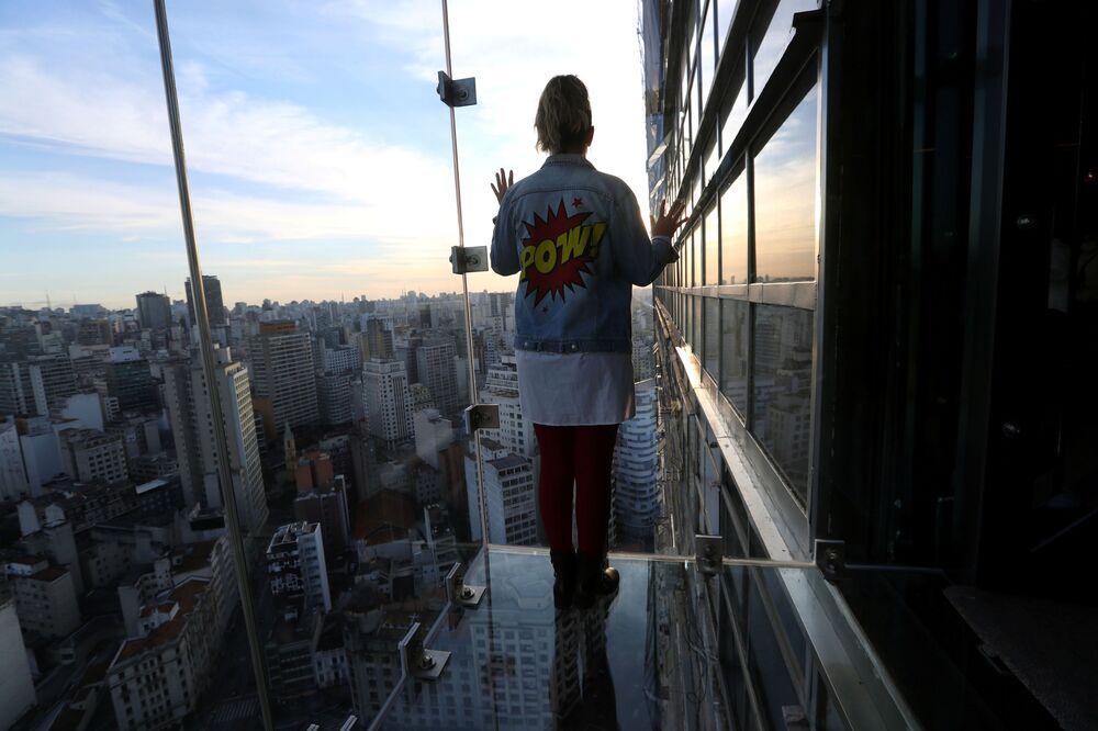 Influenciadora Renata Tellers olha para cidade a partir do Sampa Sky, 3 de agosto de 2021
