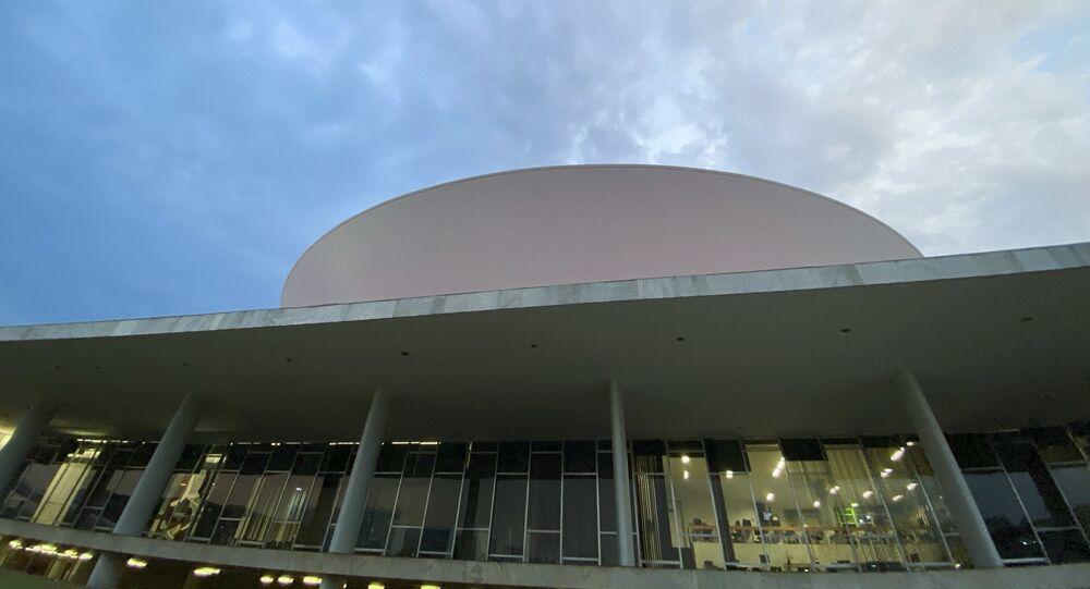 Fachada do Congresso Nacional, a sede das duas Casas do Poder Legislativo brasileiro. As cúpulas abrigam os plenários da Câmara dos Deputados (côncava) e do Senado Federal (convexa), enquanto que nas duas torres - as mais altas de Brasília, com 100 metros - funcionam as áreas administrativas e técnicas que dão suporte ao trabalho legislativo diário das duas instituições. Obra do arquiteto Oscar Niemeyer