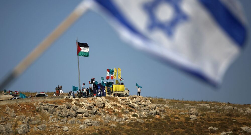 Na cidade de Metula, no norte de Israel, perto da fronteira com o Líbano, pessoas hasteiam bandeiras do Hezbollah, Líbano e Palestina durante manifestação em solidariedade aos palestinos, nos arredores da aldeia do sul do Líbano de Kfarkila. Foto de arquivo