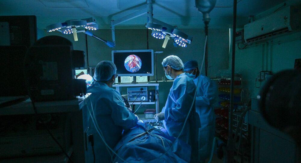O otorrinolaringologista Brajpal Singh Tyagi (E) realiza cirurgia para remover fungo preto em paciente que se recuperou da COVID-19 em um hospital em Ghaziabad. Foto de arquivo