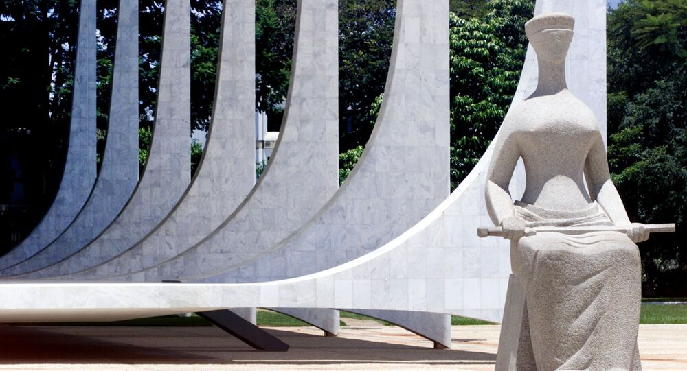 Estátua simbolizando a Justiça, em frente à sede do Supremo Tribunal Federal, na praça dos Três Poderes, em Brasília (DF)