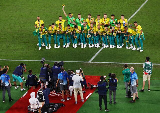 Equipe de futebol masculina do Brasil celebra vitória sobre a Espanha nas Olimpíadas de Tóquio, 7 de agosto de 2021