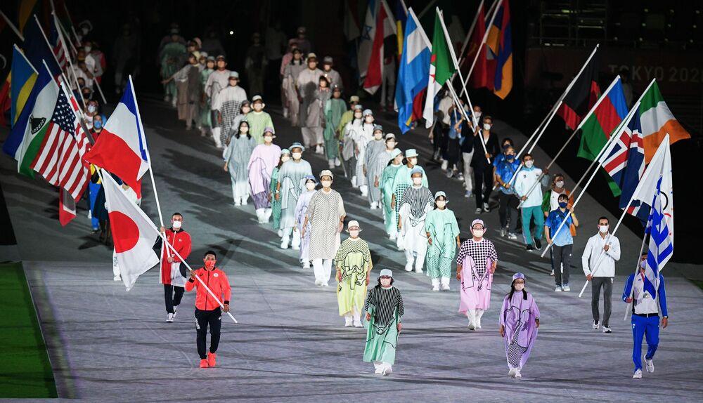 Atletas desfilam na cerimônia de encerramento dos XXXII Jogos Olímpicos de Verão em Tóquio