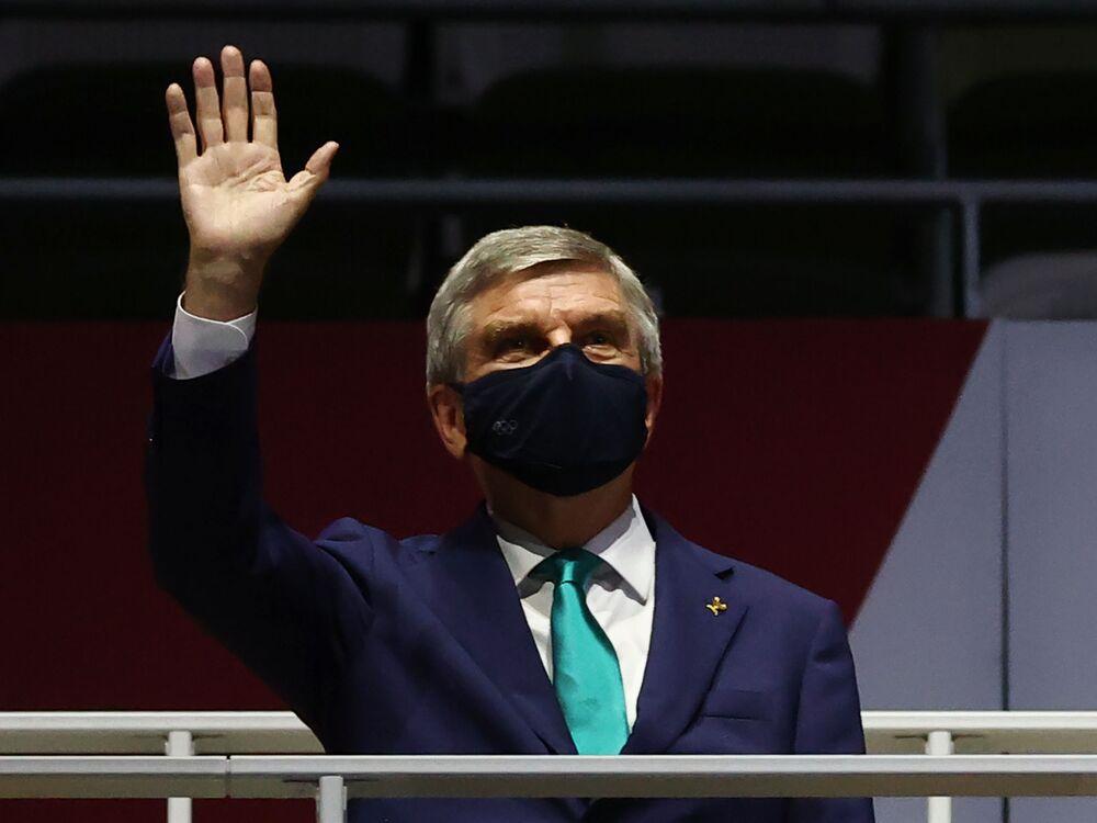 Presidente do Comitê Olímpico Internacional, Thomas Bach, acena durante cerimônia de encerramento das Olimpíadas de Tóquio
