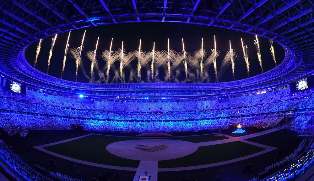 Fogos de artifício no Estádio Olímpico Nacional durante cerimônia de encerramento das Olimpíadas de Tóquio