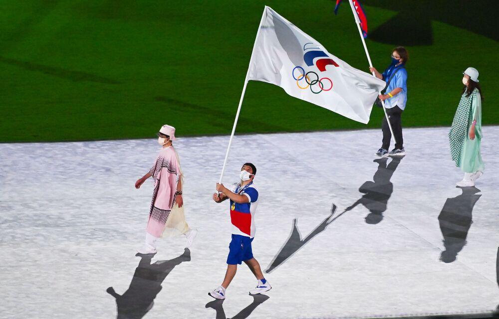 Porta-estandarte do Comitê Olímpico Russo (ROC), lutador Abdulrashid Sadulayev desfila durante cerimônia de encerramento dos XXXII Jogos Olímpicos de Verão em Tóquio, no Estádio Olímpico Nacional