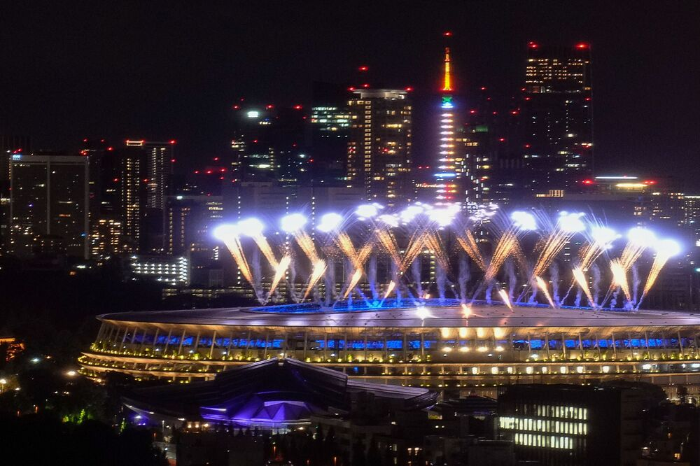 Fogos de artifício durante a cerimônia de encerramento das Olimpíadas de Verão em Tóquio