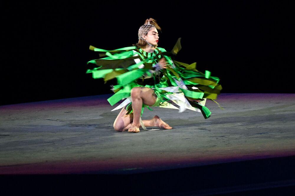 A dançarina japonesa Aoi Yamada se apresenta durante a cerimônia de encerramento dos Jogos Olímpicos de Tóquio, no Estádio Olímpico, em Tóquio