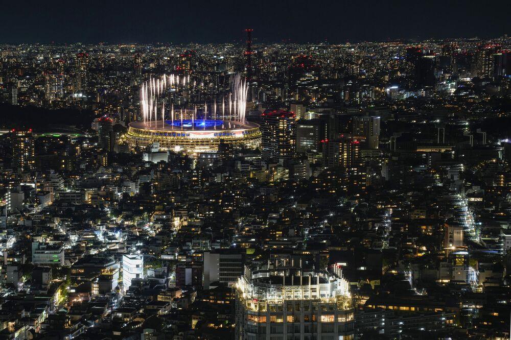 Fogos de artifício iluminam o Estádio Nacional de Tóquio durante a cerimônia de encerramento dos Jogos Olímpicos