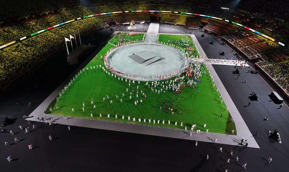 Atletas participam de desfile durante a cerimônia de encerramento das Olimpíadas de Tóquio