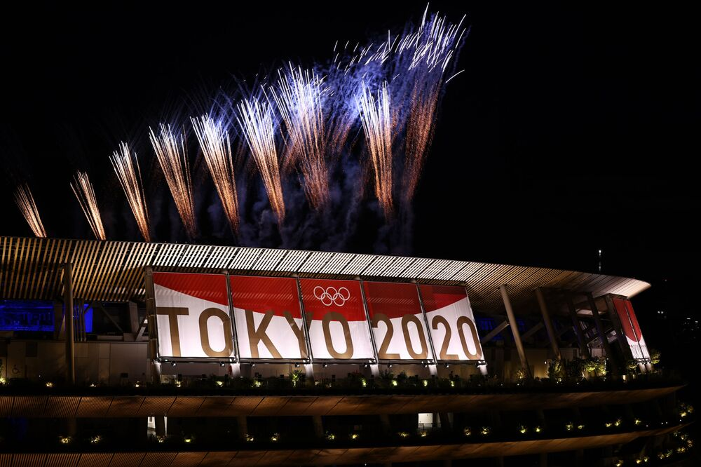Vista geral dos fogos de artifício no Estádio Olímpico Nacional durante a cerimônia de encerramento dos Jogos Olímpicos de Tóquio