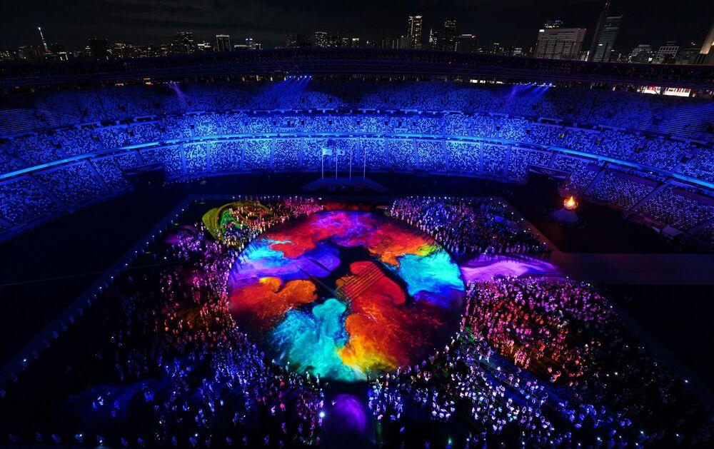 Estádio Olímpico de Tóquio é iluminado durante a cerimônia de encerramento dos Jogos Olímpicos