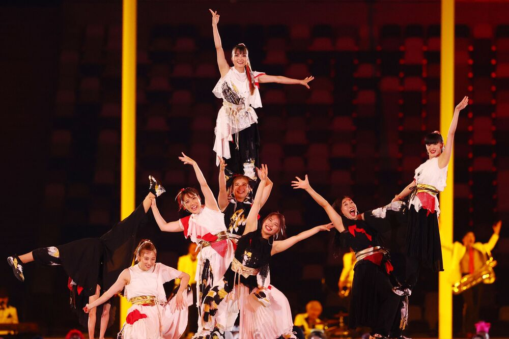 Artistas dentro do Estádio Olímpico de Tóquio durante a cerimônia de encerramento das Olimpíadas