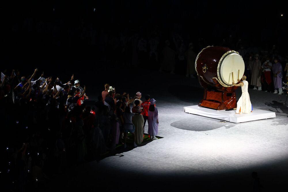 Tradicional baterista se apresenta durante a cerimônia de encerramento das Olimpíadas de Tóquio
