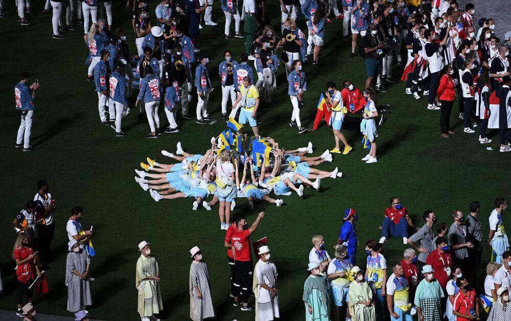 Atletas da seleção ucraniana na cerimônia de encerramento dos XXXII Jogos Olímpicos de Verão em Tóquio, no Estádio Olímpico Nacional
