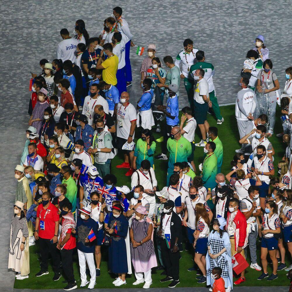 Atletas brasileiros (no centro) participam de desfile durante a cerimônia de encerramento das Olimpíadas de Tóquio