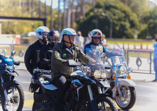 Presidente Jair Bolsonaro realiza passeio de moto na cidade de Brasília, DF, neste domingo (8), Dia dos Pais