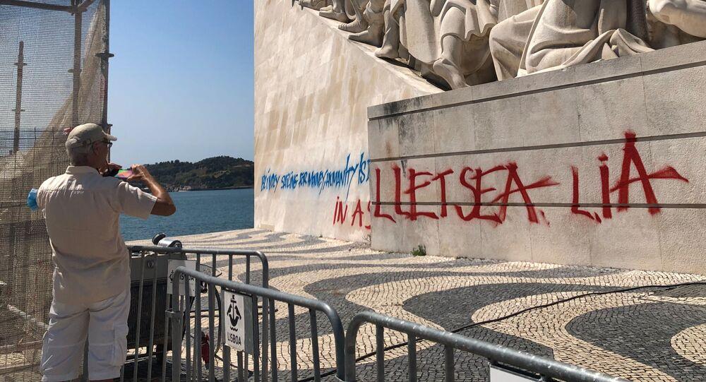 Pichação no Padrão dos Descobrimentos, em Lisboa: Velejando cegamente por dinheiro, a humanidade afunda-se num mar escarlate