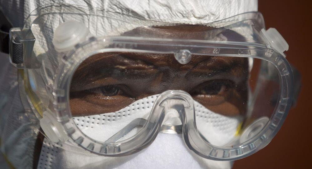 Médico trabalha na unidade de Controle e Prevenção de Infecção em Uganda