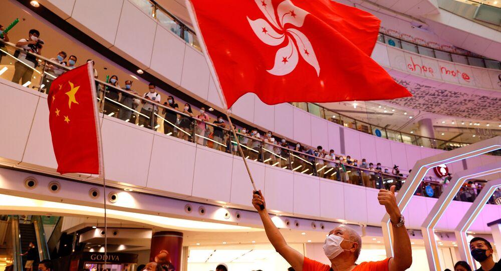 Fãs da nadadora Siobhan Haughey de Hong Kong e apoiadores pró-China assistem à transmissão ao vivo dos Jogos Olímpicos de Verão de Tóquio 2020 em um shopping de Hong Kong, China, 30 de julho de 2021