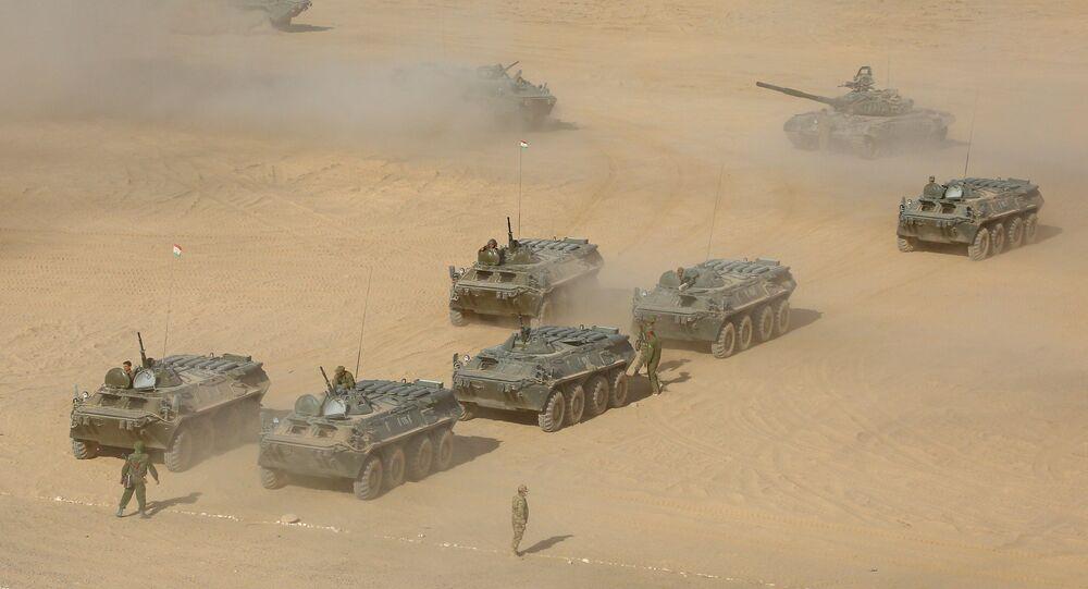 Exercícios conjuntos da Rússia, Uzbequistão e Tajiquistão no campo de tiro de Kharbmaidon, a cerca de 20 quilómetros da fronteira com o Afeganistão, 10 de agosto de 2021