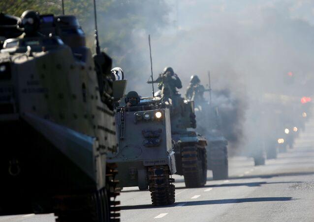 Tanques militares desfilam no dia da votação da PEC do voto impresso em Brasília, 10 de agosto de 2021