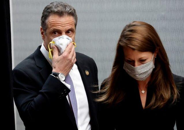 Andrew Cuomo, governador de Nova York, segura máscara protetora em seu rosto enquanto chega com Melissa DeRosa, secretária do governador, a briefing diário no Colégio Médico de Nova York, em meio à pandemia da doença do coronavírus em Valhalla, Nova York, EUA, 7 de maio de 2020