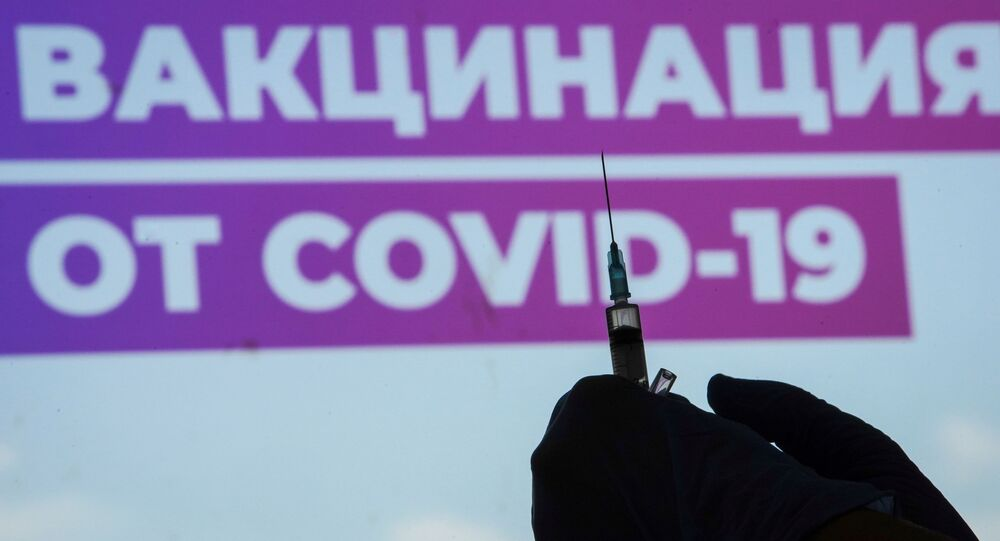 Profissional da saúde prepara dose única da vacina Sputnik Light contra a doença do coronavírus (COVID-19) em centro de vacinação no Estádio Luzhniki em Moscou, Rússia, 8 de julho de 2021