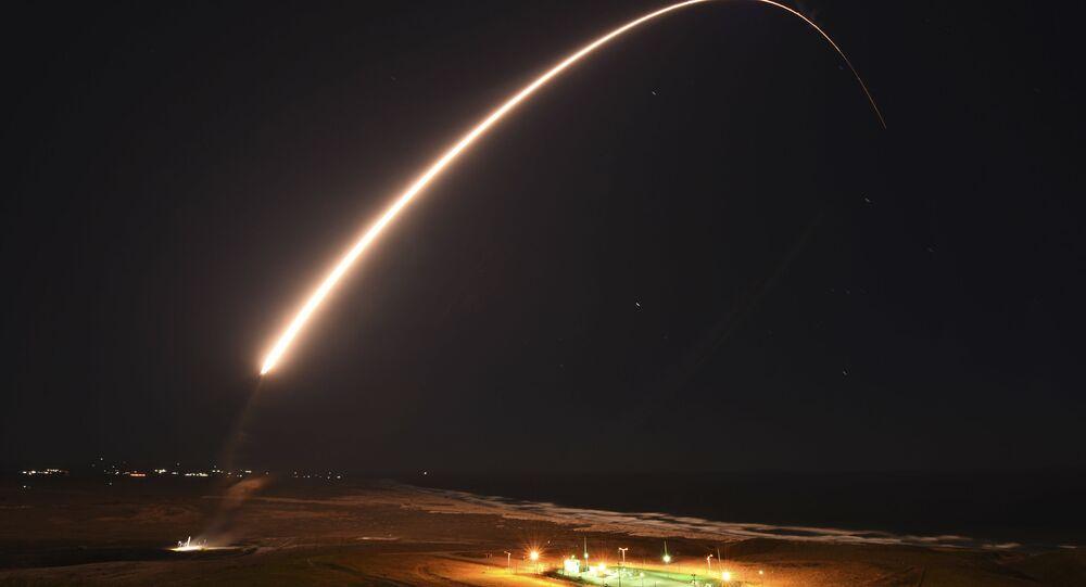Míssil balístico intercontinental Minuteman III desarmado é lançado durante teste de operação na Base Aérea de Vandenberg, Califórnia, 23 de fevereiro de 2021