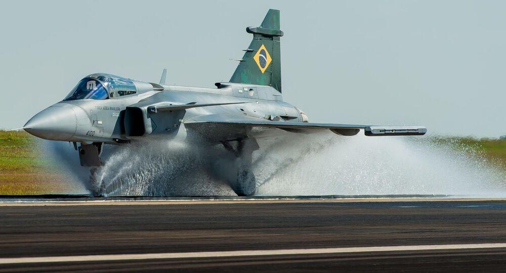 Teste de spray d'água do caça multifuncional Saab JAS 39 Gripen E no Brasil