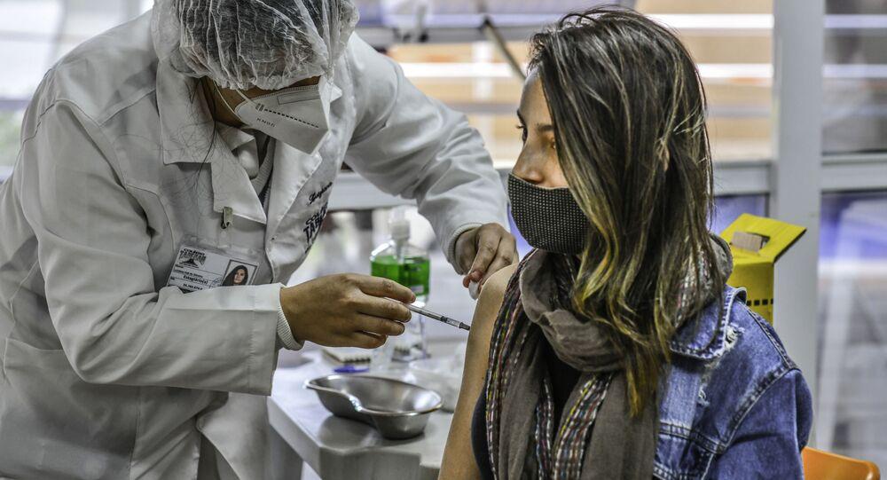 Vista da fila e da vacinação de jovens de 20 anos na Casa do Idoso Sul na cidade de São José dos Campos, SP segundo informação das enfermeiras a procura e adesão dos jovens está bastante grande, 12 de agosto de 2021