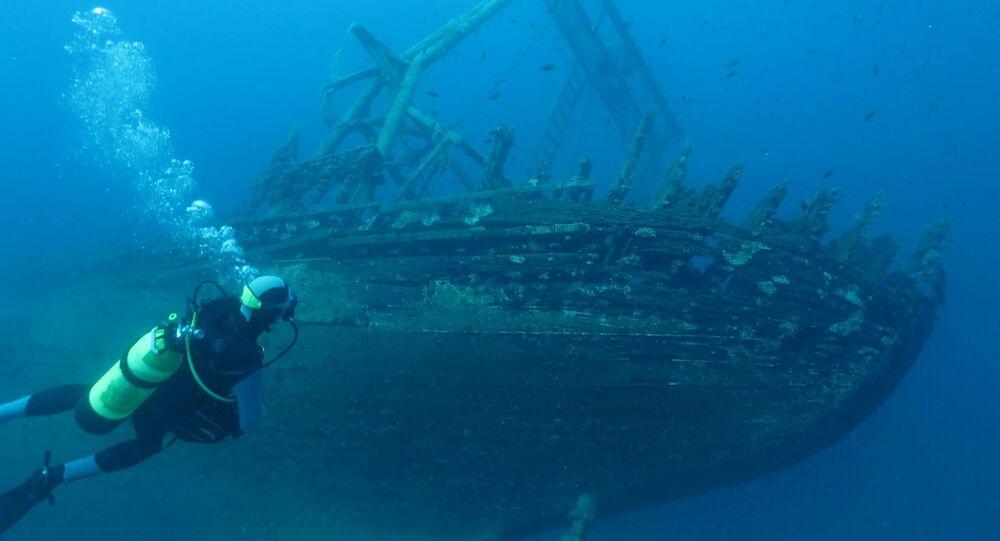 Mergulhador no fundo do oceano