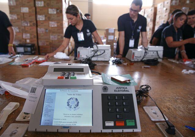 O TRE-DF (Tribunal Regional Eleitoral) realiza o teste e lacração das urnas eletrônicas que serão enviadas para votação no exterior, 19 de agosto de 2018