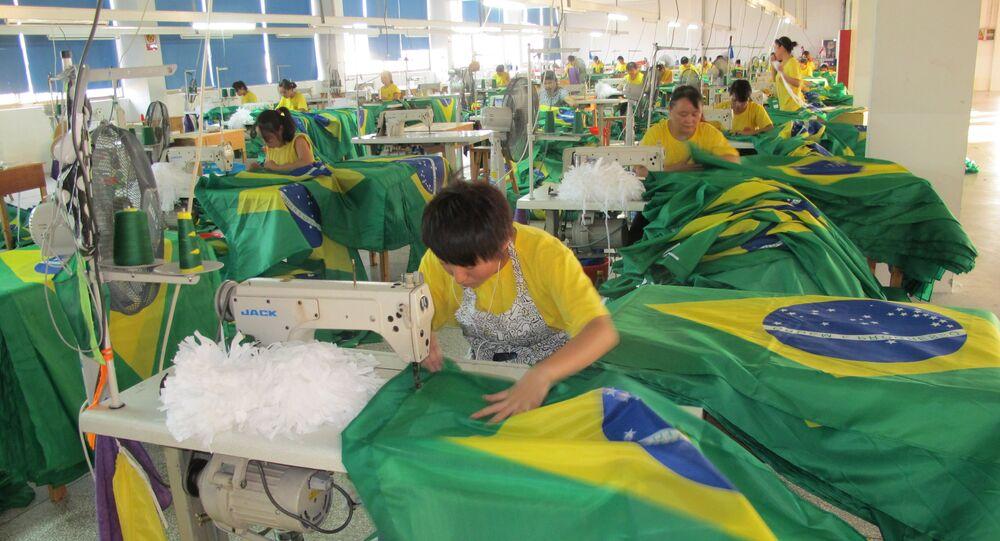 Trabalhadoras na confecção da bandeira brasileira, em Yiwu, China. Foto de arquivo