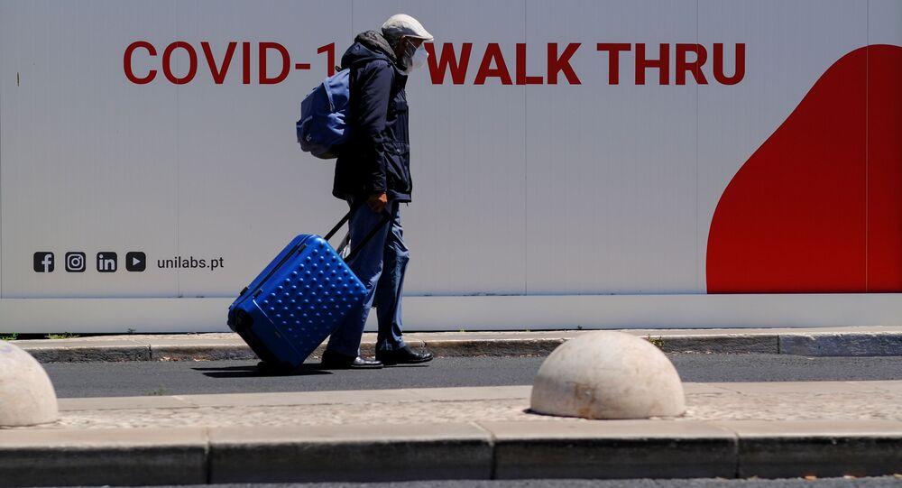 Turista próximo a centro de testes de COVID-19 em Lisboa, em 29 de julho de 2021