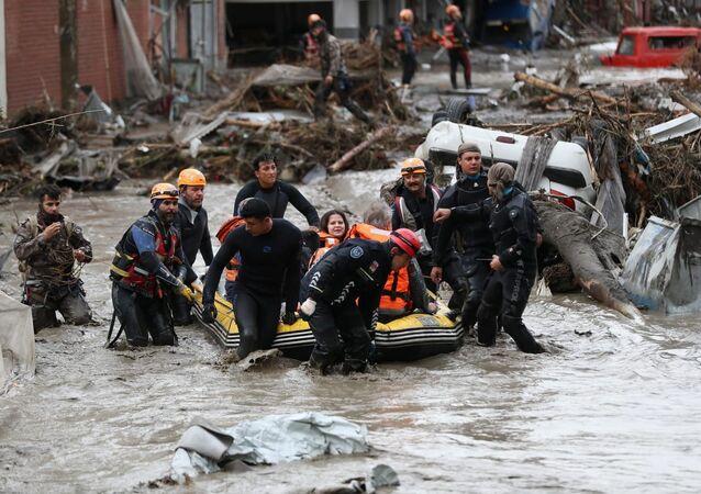 Membros de equipe de busca e salvamento evacuam habitantes locais durante inundações na cidade Bozkurt, província de Kastamonu, Turquia, 12 de agosto de 2021