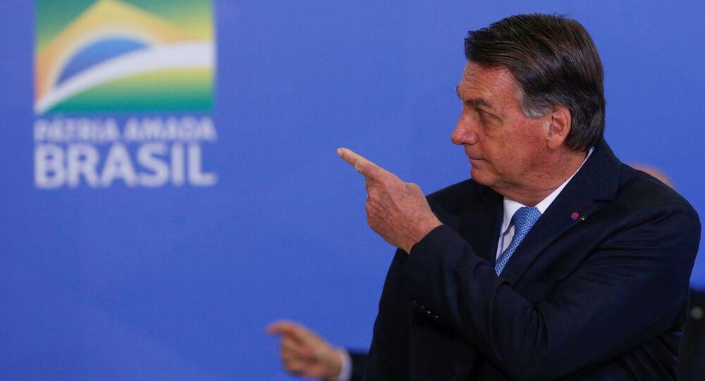 O presidente do Brasil, Jair Bolsonaro, gesticula durante cerimônia de promoção de generais das Forças Armadas no Palácio do Planalto em Brasília, Brasil, 12 de agosto de 2021