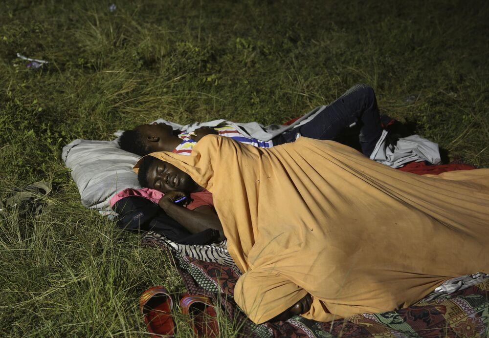 Pessoas desalojadas descansam no jardim de um hospital, 14 de agosto de 2021