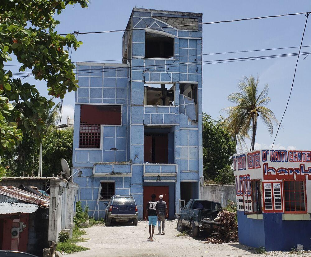 Fotografia mostra um hotel e restaurante danificados pela força do terremoto de magnitude 7,2. De acordo com um membro da família, o proprietário e sua mãe se encontram presos dentro do edifício, 14 de agosto de 2021