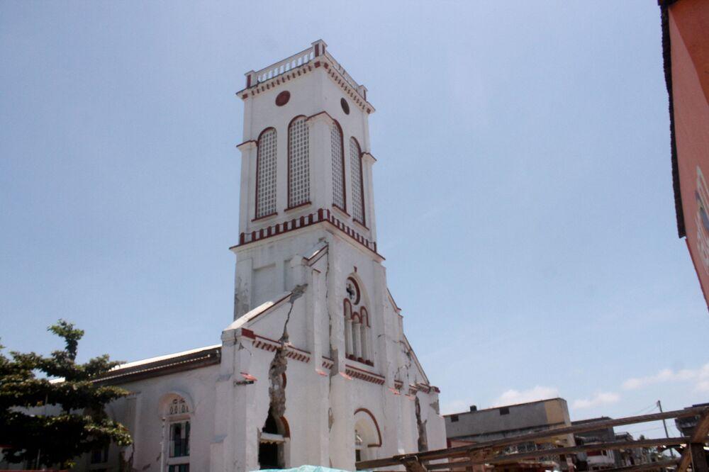 Igreja do Sagrado Coração de Cayes apresenta rachaduras em suas paredes, resultado do impacto do terremoto de magnitude 7,2, 14 de agosto de 2021