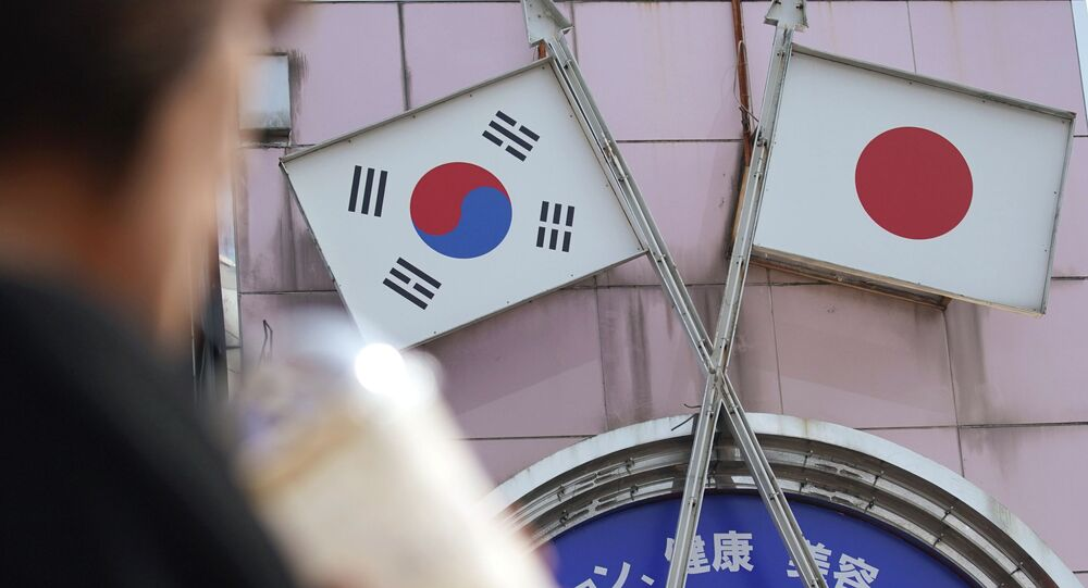 Bandeiras da Coreia do Sul (à esquerda) e do Japão (à direita)